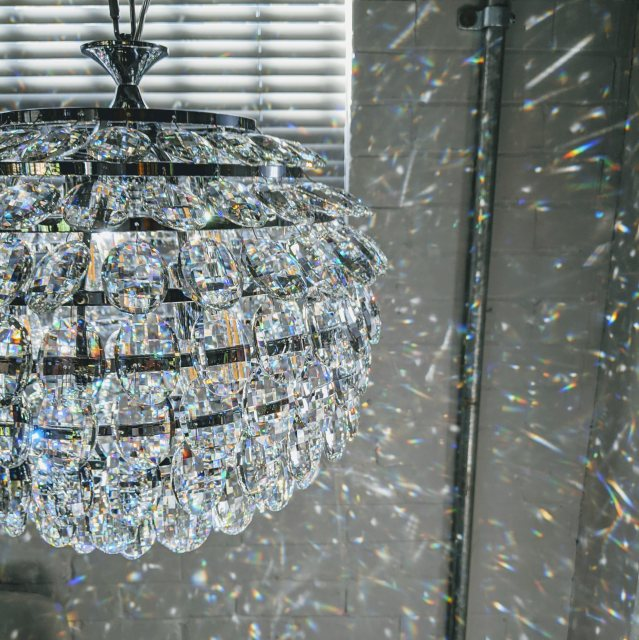 Coto crystal pendant with reflecting light